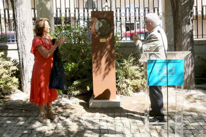 La Diputación de Alicante inaugura un relieve en honor al pintor José Pérezgil en los jardines del Palacio Provincial - (foto 1)