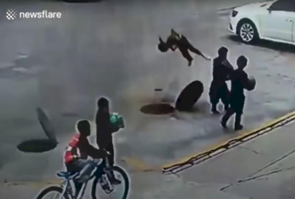 Un niño sale volando al explotar una alcantarilla