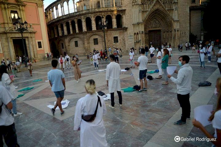 En pleno brote de pandemia, médicos realizan huelga en España
