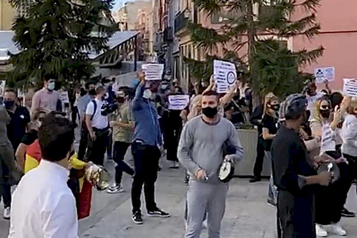 Los hosteleros de Elche se hartan y se unen a la sentada indefinida del sector para exigir al Consell un plan de rescate urgente