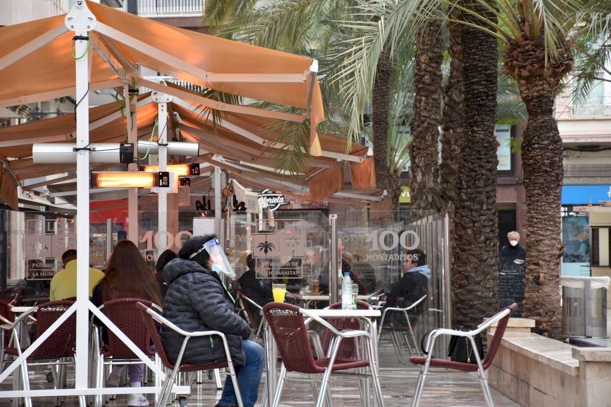 Sanitat se compromete a estudiar la apertura de los bares hasta las 20:00 en la Comunitat Valenciana