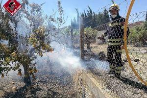 Dos hombres han necesitado asistencia sanitaria en un incendio de vegetación en Villajoyosa