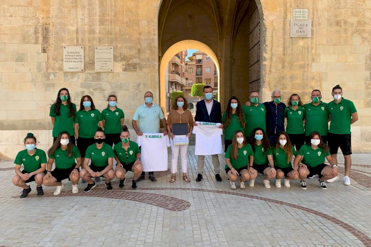 Recepción a las chicas del Club Juventut d'Elx de fútbol sala y del Elche Club de Fútbol por sus recientes éxitos deportivos