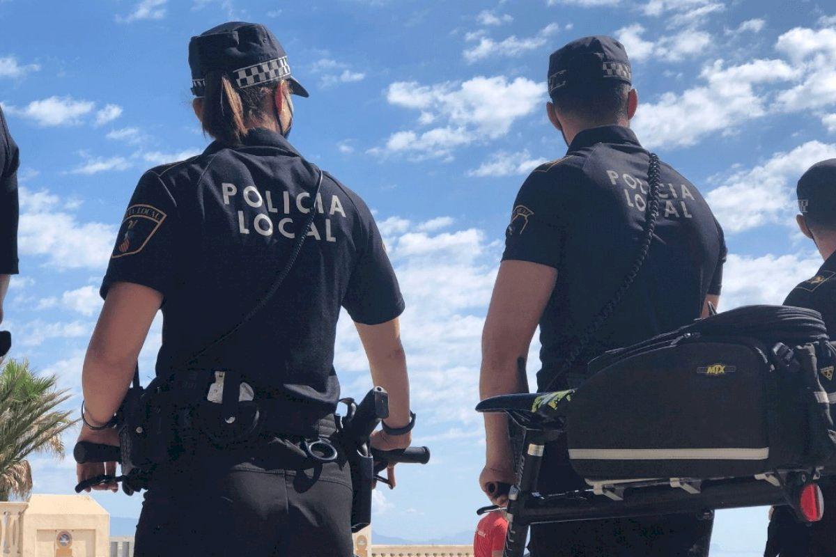 El dispositivo especial de la Policía Local evita la celebración de fiestas en la playa durante la Noche de San Juan