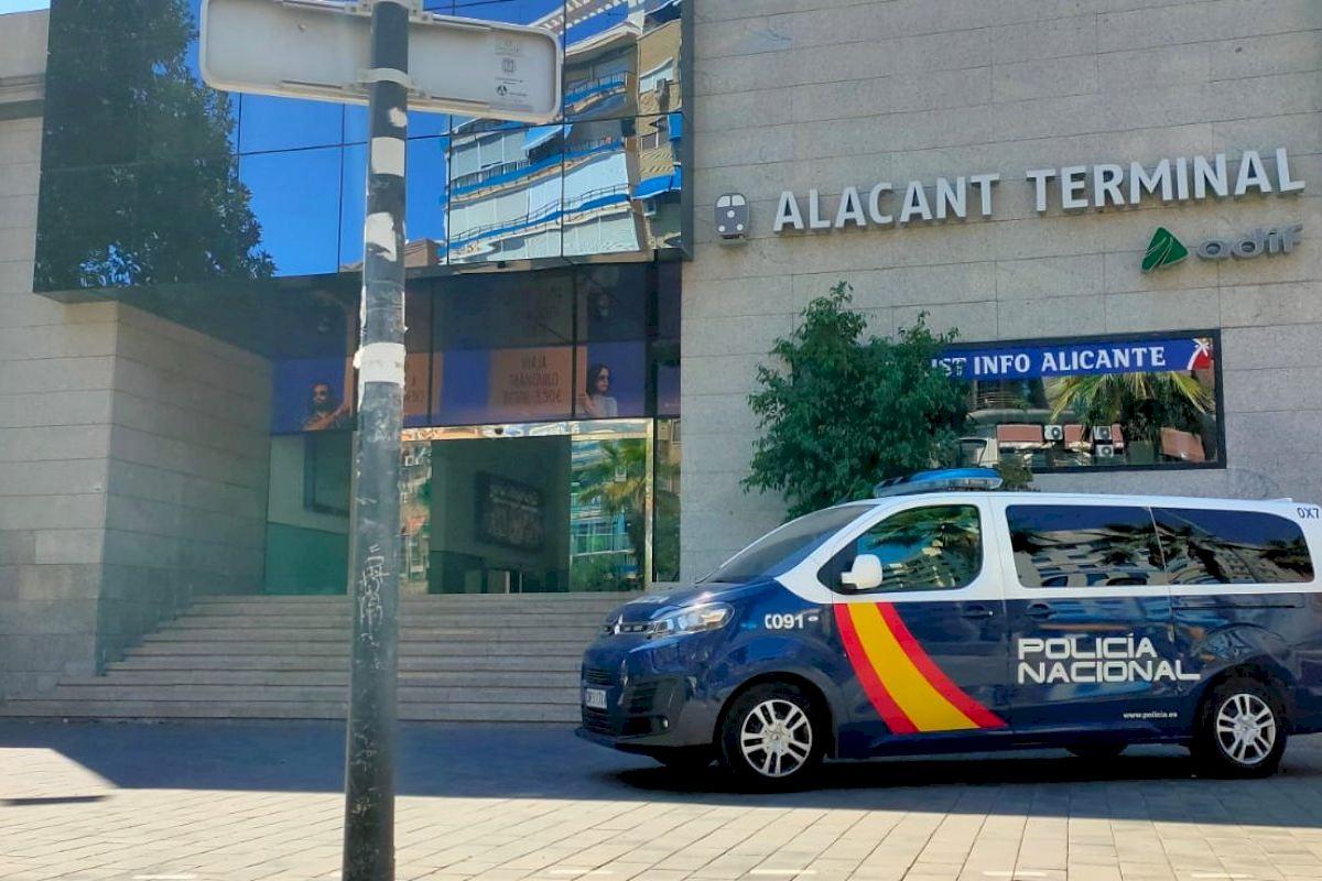 La Policía Nacional ha detenido a cuatro hombres y una mujer como autores de un delito de hurto en la estación de ADIF de Alicante