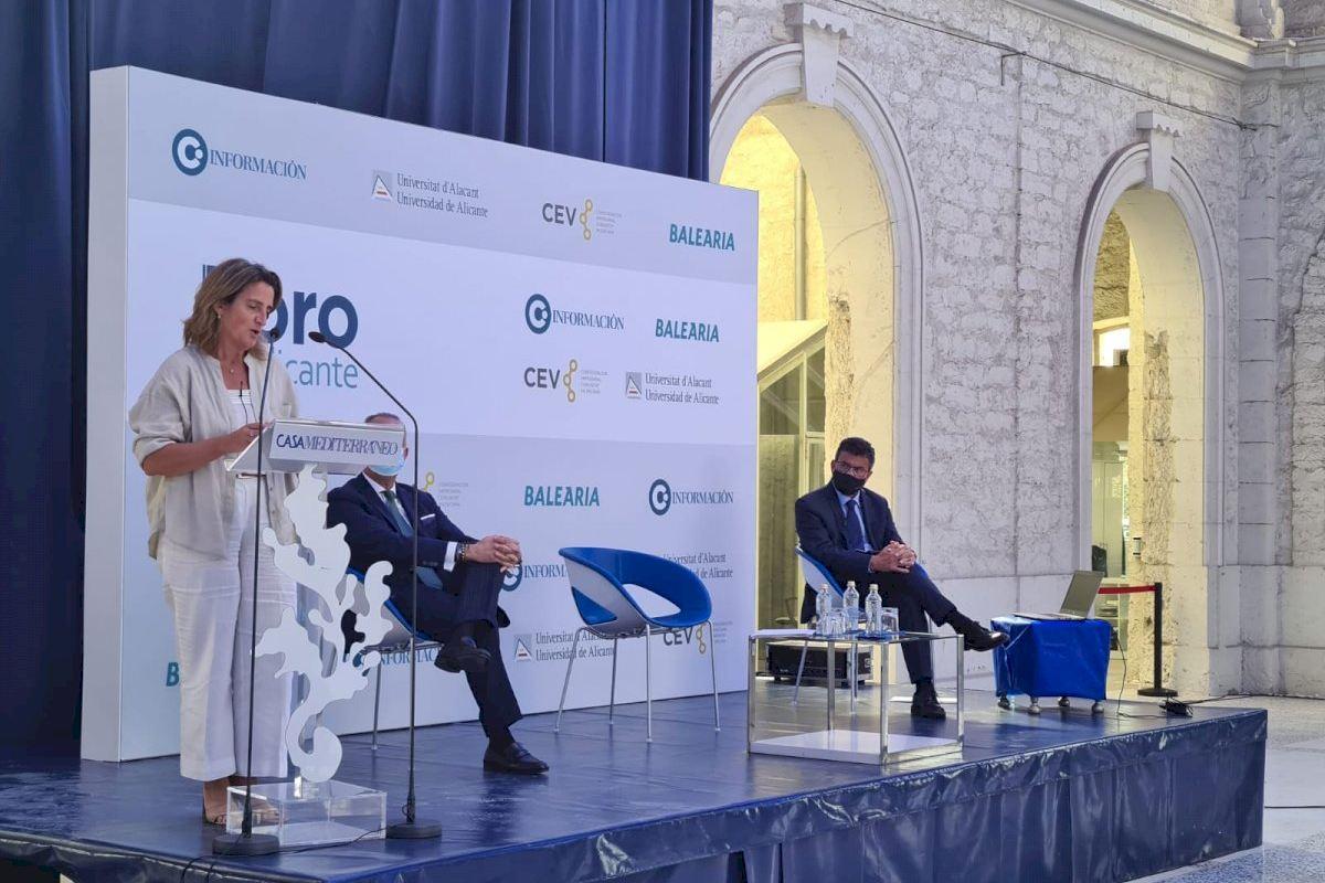 Teresa Ribera anuncia una inversión de 90 millones de euros para construir un parque fotovoltaico para el trasvase Júcar-Vinalopó