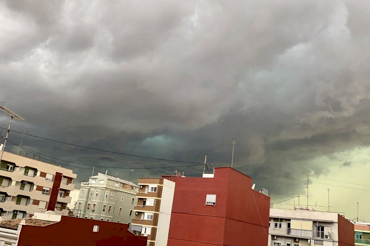 La ciudad de Valencia y alrededores se colapsan ante las fuertes lluvias