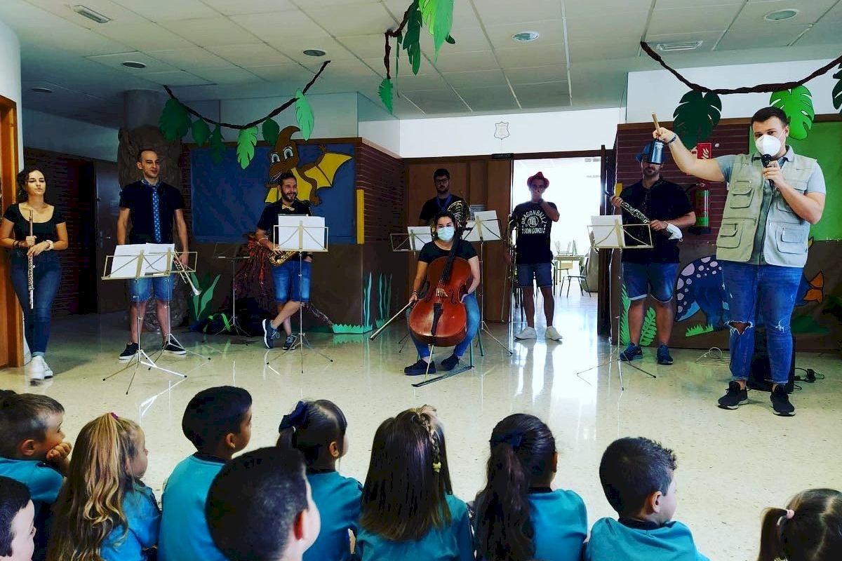 """La """"fábrica de instrumentos"""" de la Escuela de Música del Clarín visita las escuelas de Llíria"""