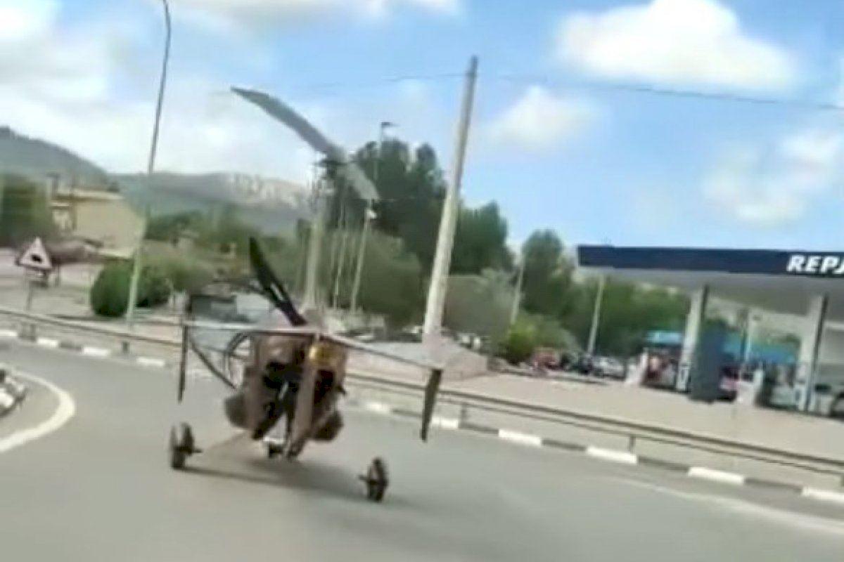 VIDEO: ¿Qué hace una avioneta circulando por una carretera de Alicante?