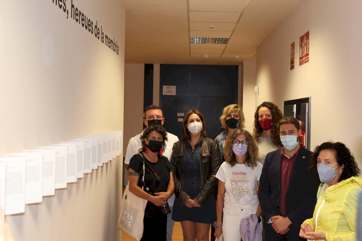 Ruiz visita la exposición sobre las fosas de Paterna de la fotoperiodista Eva Máñez
