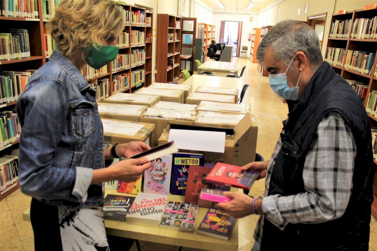 Castelló entrega libros con perspectiva LGTBI en los centros de secundaria