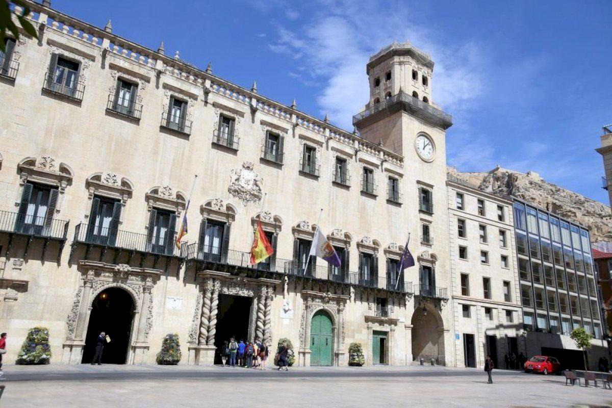 El equipo de Gobierno de Alicante reclama a la Generalitat la resolución urgente de las becas universitarias del curso pasado
