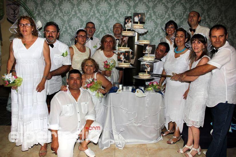 Celebración multitudinaria de las bodas de plata de siete matrimonios de la Falla la Vila