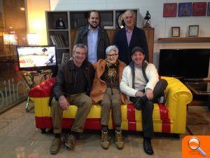 El sofá de Viajando con Chester se convierte en un sofá solidario a ... - el periodic