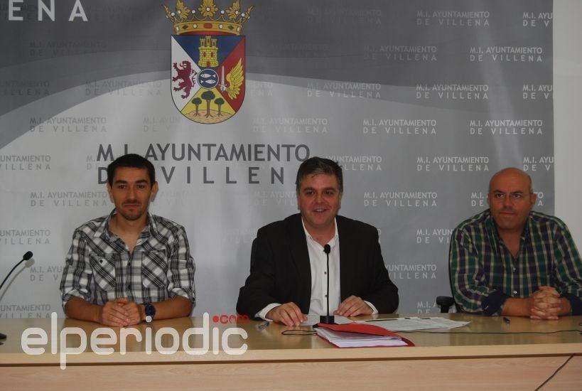La concejal a de deportes firma dos convenios para for Piscina cubierta requena